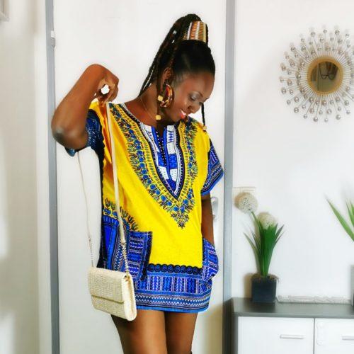 Blouse africaine DASHIKI Très jolie blouse africaine DASHIKI mixte. Convient à homme comme femme. Le motif 100% Ethiopien le rend unique et original. Deux poches présentes sur les cotés. Taille : L Composition: 100% Coton Couleur : Jaune et bleu ENTRETIEN : Le tissu WAX se lave à basse température (entre 30 et 40°) . Le nettoyage à la main est à privilégier. Nos tissus sont 100% COTON pour les tissus WAX, KENTE, BOGOLAN. Certains tissus plus communs peuvent être mélangés (polaire, doudou, minky, polyester, lycra; soie, ect...); dans ce cas la composition de l'article mentionnera la présence du tissu. haut vêtement femme wax africain tissu ankara. haut wax femme moderne crop top wax haut africain femme haut wax moderne vêtements wax femme tunique wax femme blouse wax femme chemise wax femme