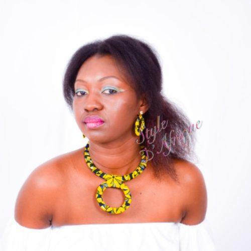 ensemble collier ras de cou à pendentif rond et boucles d'oreilles créoles en wax africain