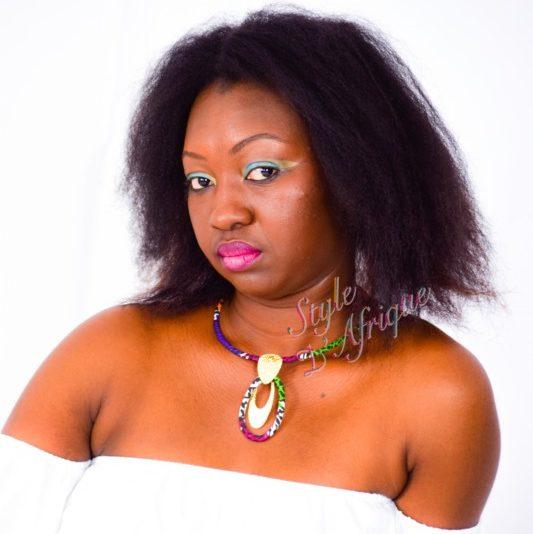 collier ras de cou pendentif doré ovale en wax africain