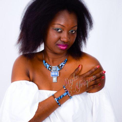 collier avec pendentif en pierre nacré bleue et manchettes en wax africain